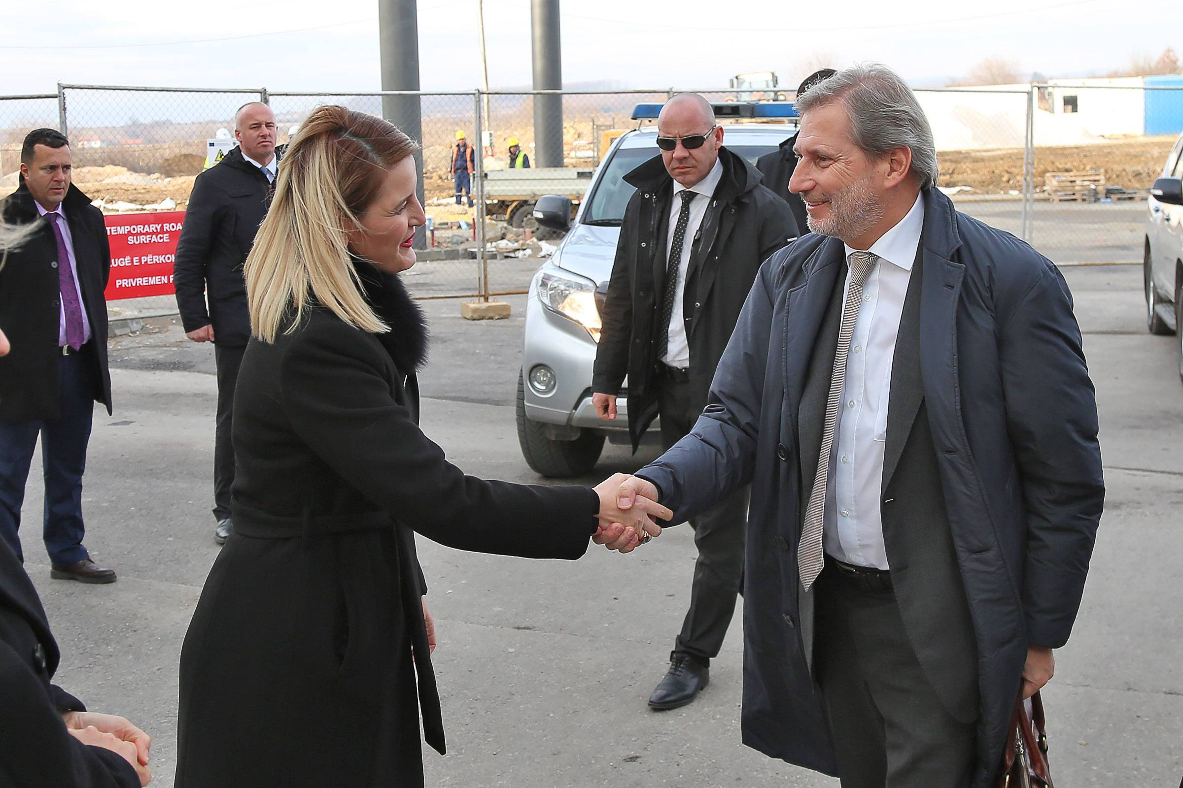 Minister Hoxha received Commissioner Hahn at the border – An important visit